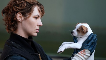 Out-of-work Louise Bourgoin returns home to her family home and becomes a dog breeder – not a soldier